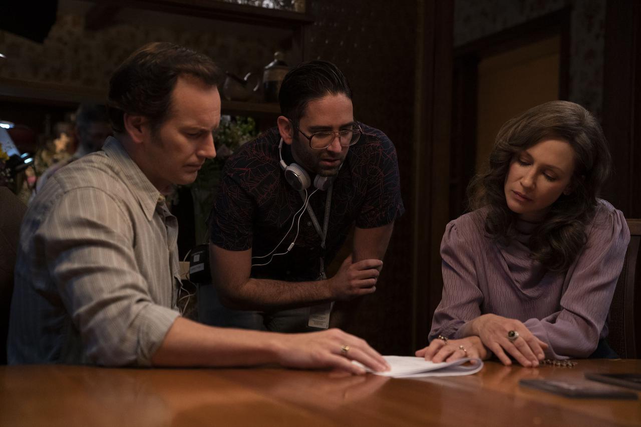 画像: 左より、パトリック・ウィルソン、マイケル・チャヴェス監督、ヴェラ・ファーミガ