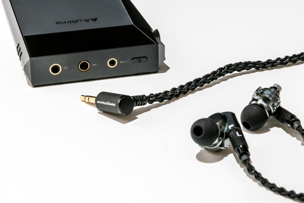 画像: ▲「A&ultima SP2000T」は、各種イヤホンに対応するように、3.5mm3極アンバランス、2.5mm4極バランス、4.4mm5極バランスの3種類のプラグを装備する。今回、試聴用として組み合わせたイヤホンは、Acoustuneの「HS1697TI」