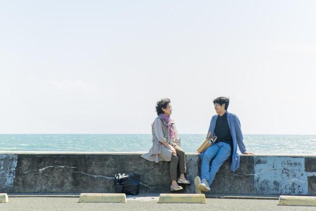 画像3: 待ち合わせ場所は、江ノ電が走る海岸沿い