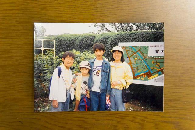 画像: ▲トモさんは三人兄弟の末っ子(左から二人目)