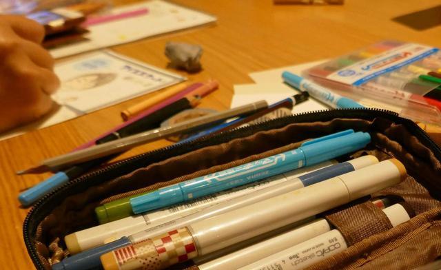 画像: この日、ぜんごさんは100本ほどのペンを持参。