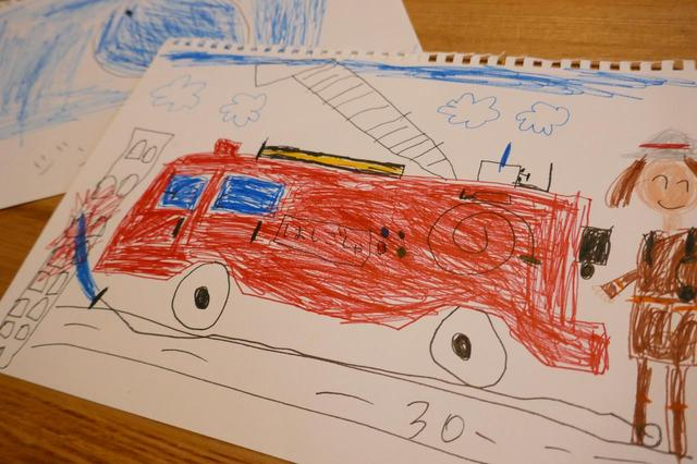 画像: 息子さんが書いた はしご車や水族館の絵