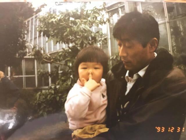 画像: 父・ひでおさんと、幼いころのみさきさん(画像提供:みさきさん)