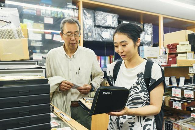 画像5: 義父とハーモニカ専門店でギフトを探す