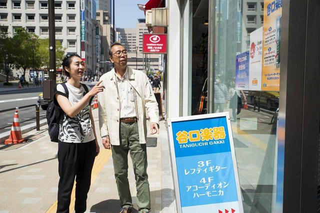画像1: 義父とハーモニカ専門店でギフトを探す