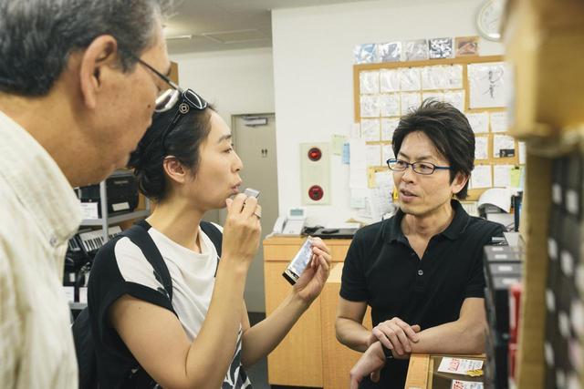 画像3: 義父とハーモニカ専門店でギフトを探す