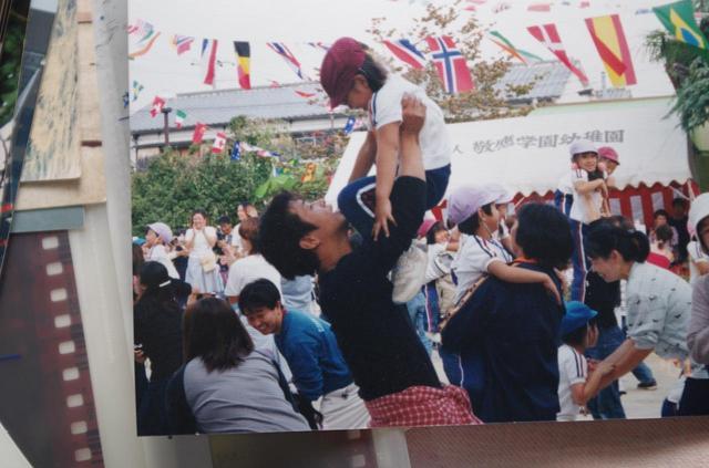 画像: 家族の写真はたくさんあるそう。こちらは幼稚園の運動会での一枚。