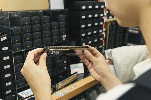 画像4: 義父とハーモニカ専門店でギフトを探す