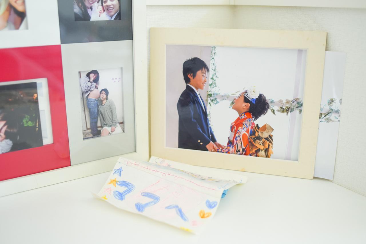 画像: ▲ペックさんのマイホームには、しあわせな家族写真がたくさん飾られていた