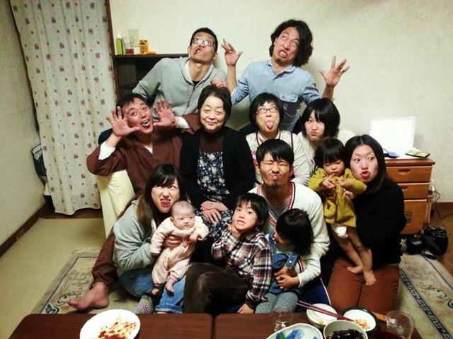 画像: ▲愉快なペックさんの家族。上段右がペックさん。二段目いちばん左が、亡きお父さん