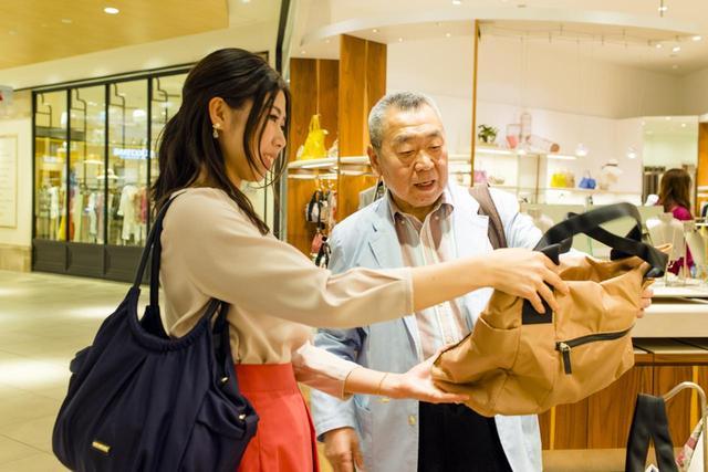 画像2: お義母さんご用達のショップでお義父さんとバッグ選びを開始!