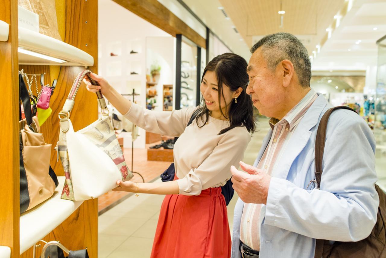 画像3: お義母さんご用達のショップでお義父さんとバッグ選びを開始!