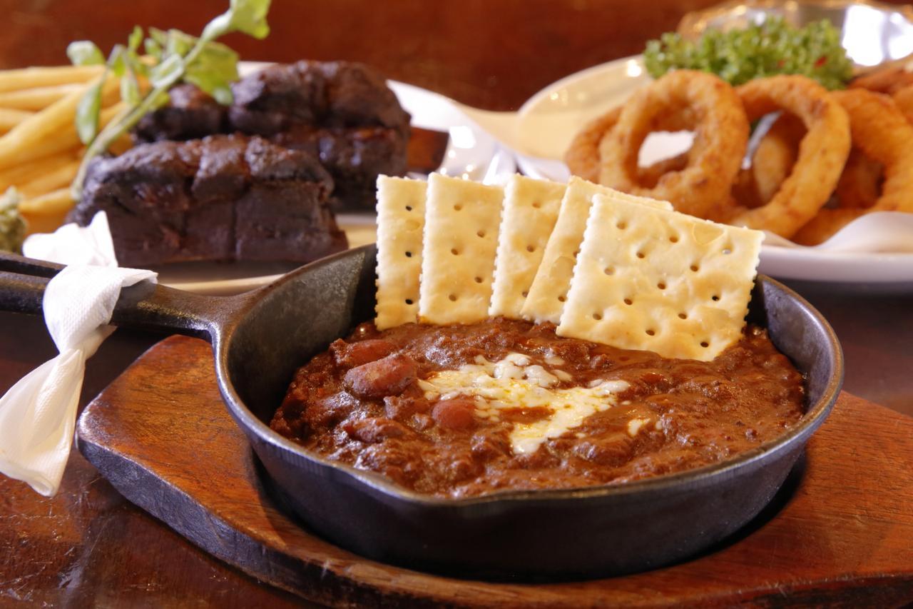画像: 辛みの効いたビーフと豆の煮込み料理「チリコンカヌー」。当店一番の人気のメニューだ