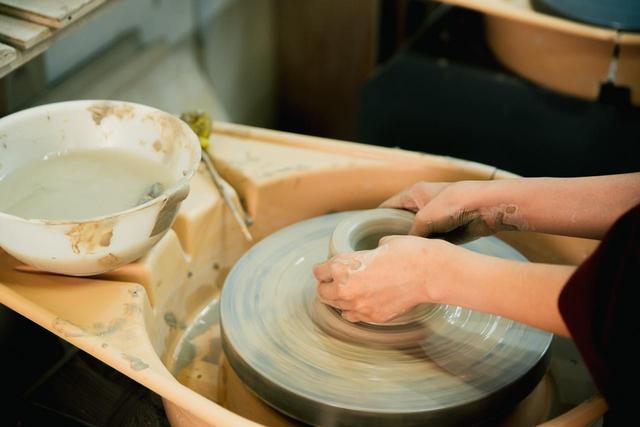 画像: ▲手が乾くたびに水をつけ、作業を繰り返す