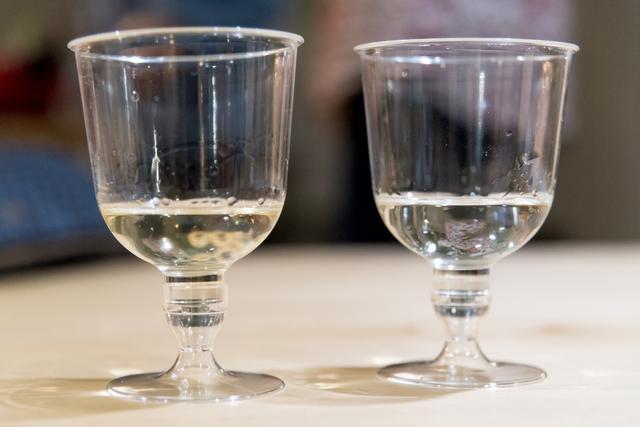 画像: 赤味をおびた『吉乃友』(左)と透明な『宝山』(右)