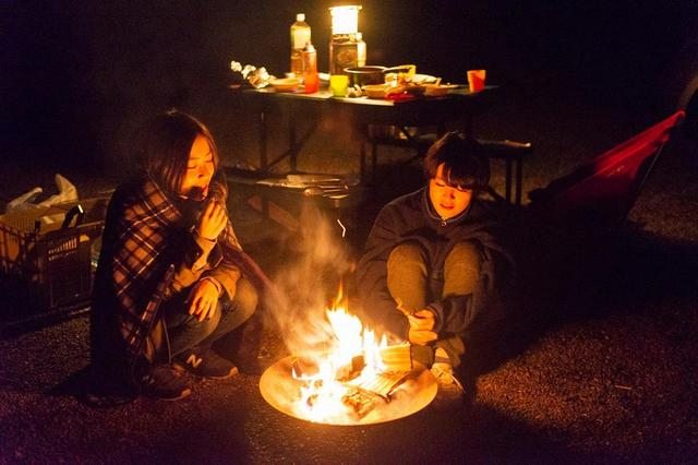 画像: 焚き火を囲んで団らん。これまでのチャレンジ旅を振り返ろう