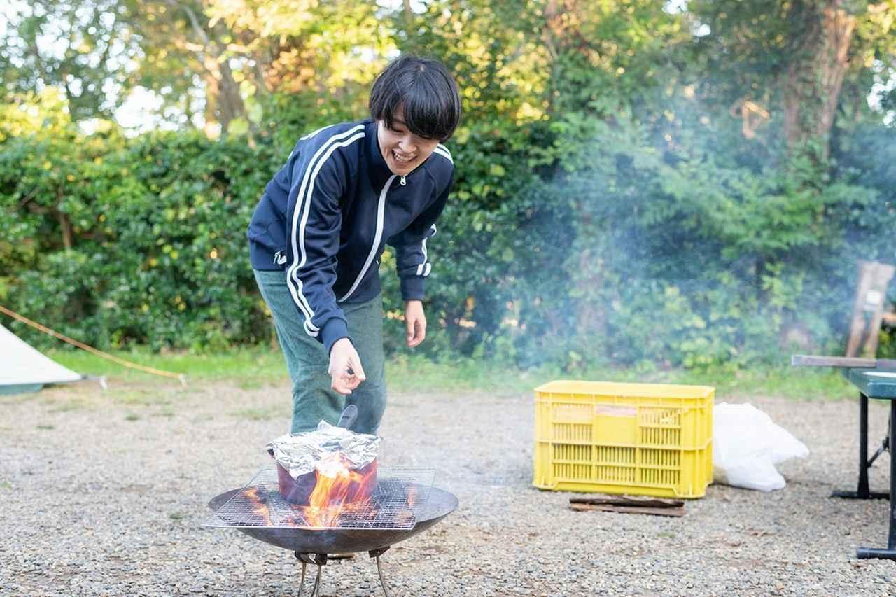 画像: 火が立っている状態の焚き火に鍋をくべると、あっという間に焦げ付くので注意!