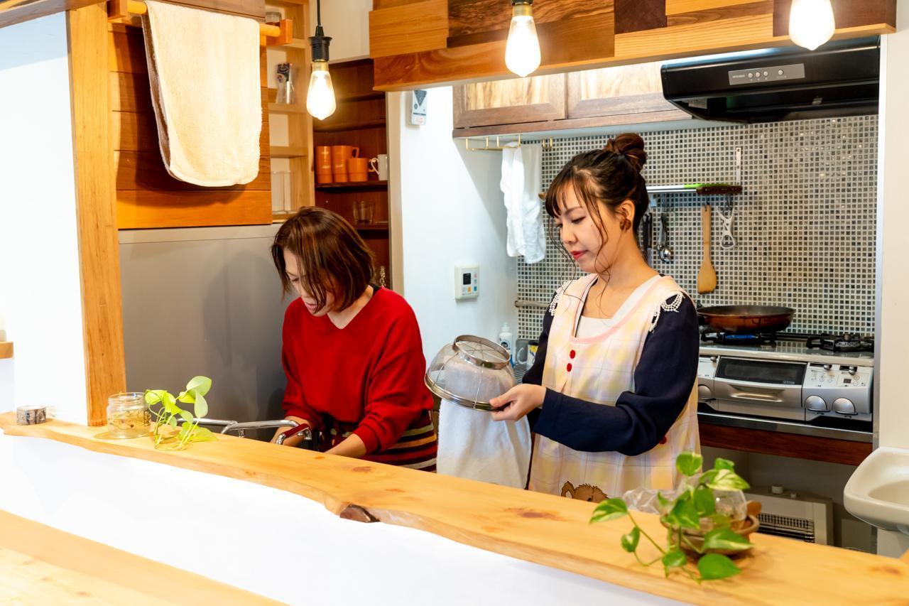 画像2: サラダを作りながら娘とキッチンに立ったあの頃