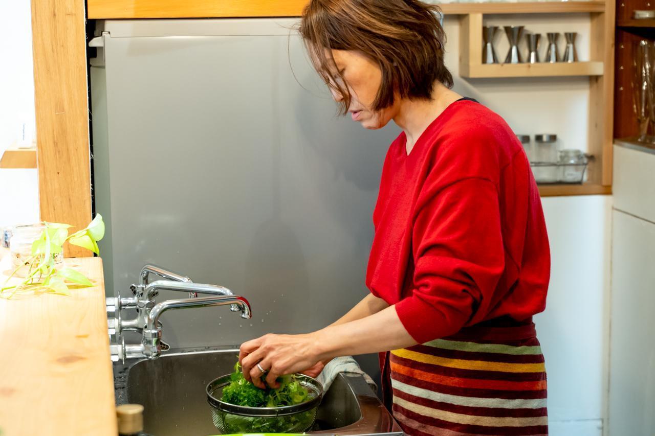 画像1: サラダを作りながら娘とキッチンに立ったあの頃
