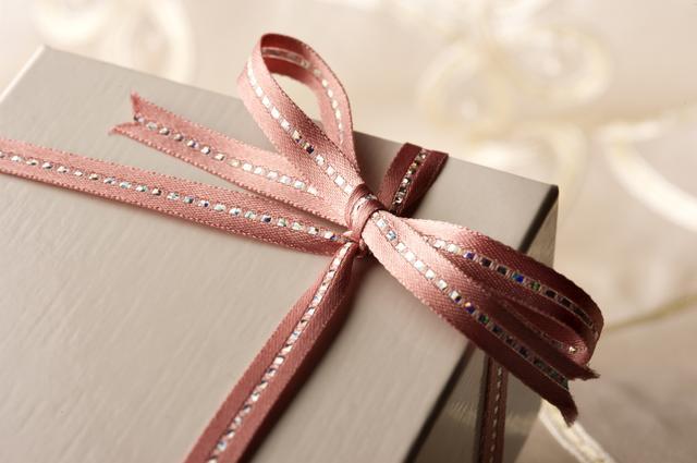 画像: 包装紙やリボンの色は、季節を意識して選ぶのもGOOD。