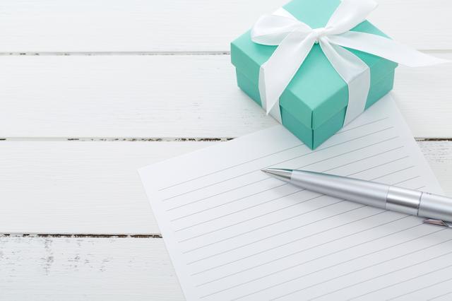 画像: メッセージカードや手紙は、きちんと封筒に入れて贈り物に添えましょう。