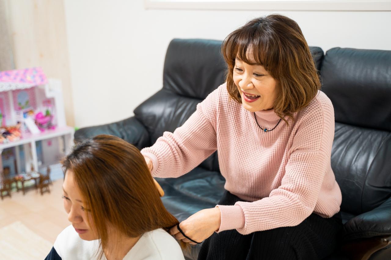 画像1: 子育ての苦労と思い出を語る母同士の会話