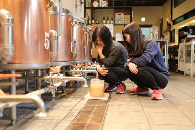 画像2: 麦芽の香りに包まれお揃いの格好でビールづくり