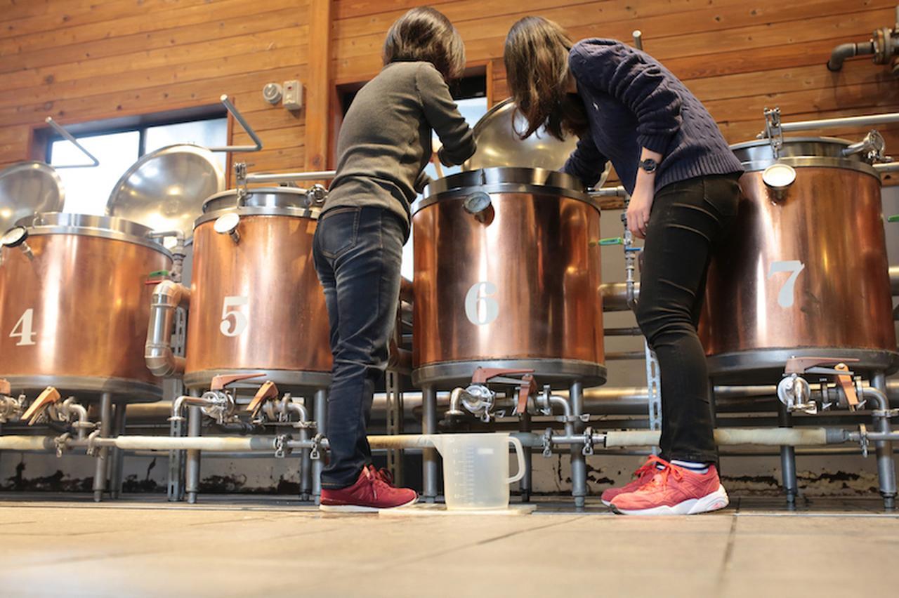 画像4: 麦芽の香りに包まれお揃いの格好でビールづくり