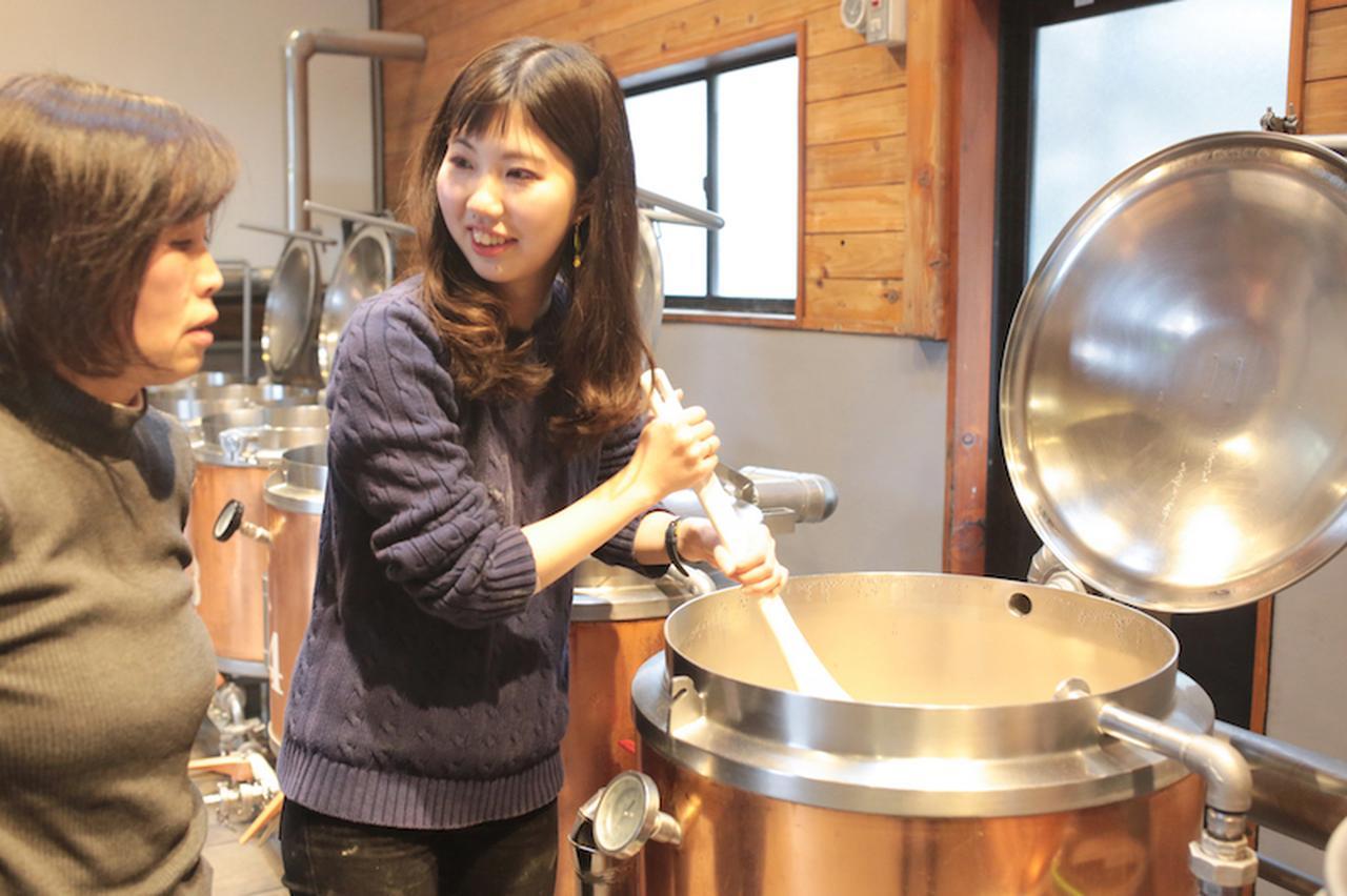 画像1: 麦芽の香りに包まれお揃いの格好でビールづくり