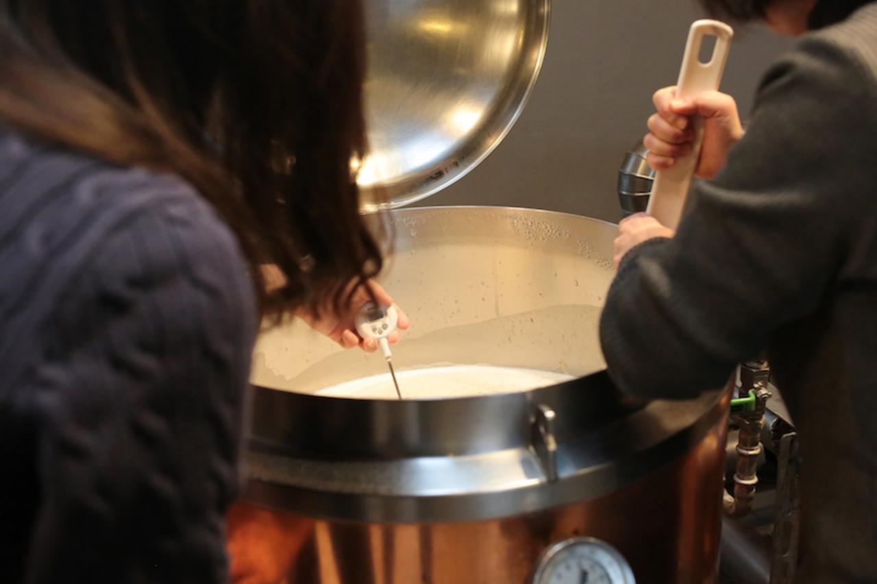 画像3: 麦芽の香りに包まれお揃いの格好でビールづくり
