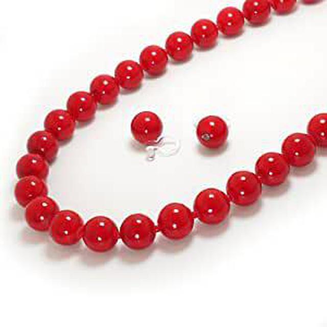 画像: 品の良い、赤い珊瑚のネックレスとイヤリングもおすすめです。