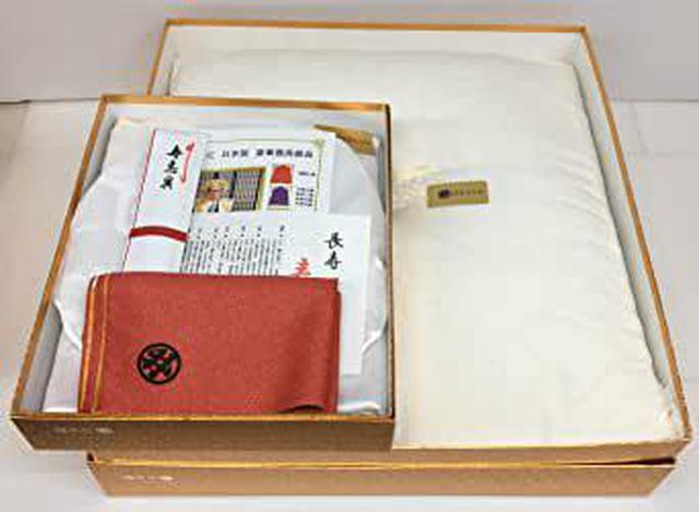 画像: (今井ブランド) 白寿祝い【日本製】 白の座布団 と 白色のちゃんちゃんこ 亀甲柄 最高級品 長寿祝い 豪華7点セット