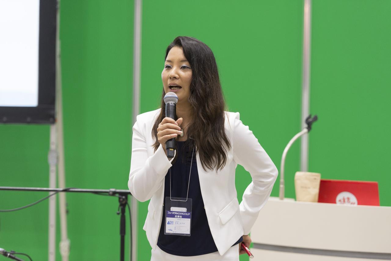 画像: セミナーで発表する一般社団法人日本海洋散骨協会 代表副理事の村田ますみ氏