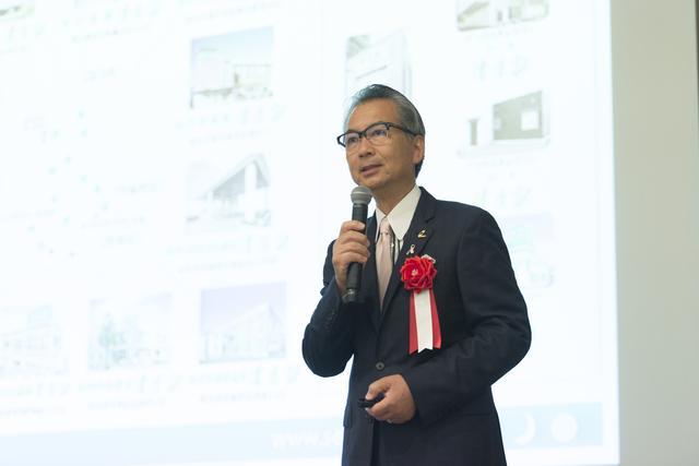 画像: 事業の多角化の必要性に講演する(株)清月記代表取締役社長の菅原裕典氏