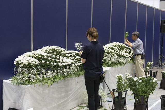 画像: 参加者は講師の指導のもと、実際に祭壇を設営する