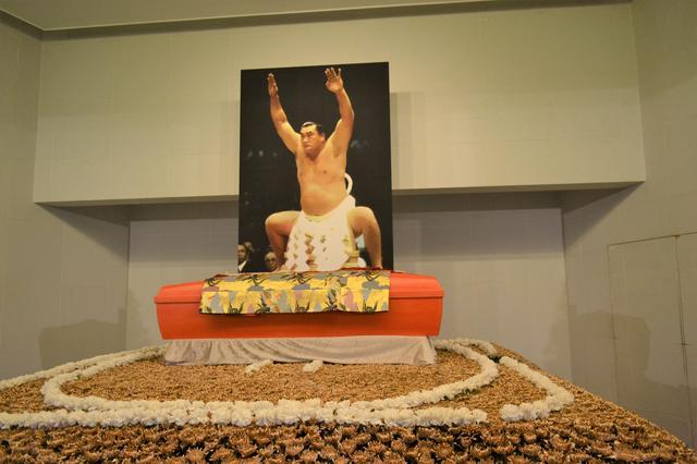 画像: 大相撲の第54代横綱「輪島」こと輪島大士さんの葬儀では、祭壇を土俵の形にあしらった。