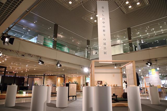 画像: アート作品の展示のようなレイアウト。展示品を乗せる白い台はろうそくをイメージしている。