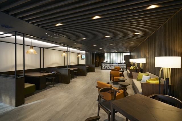 1階エントランスにもソファやテーブルが設置され、待ち合わせやご休憩に。