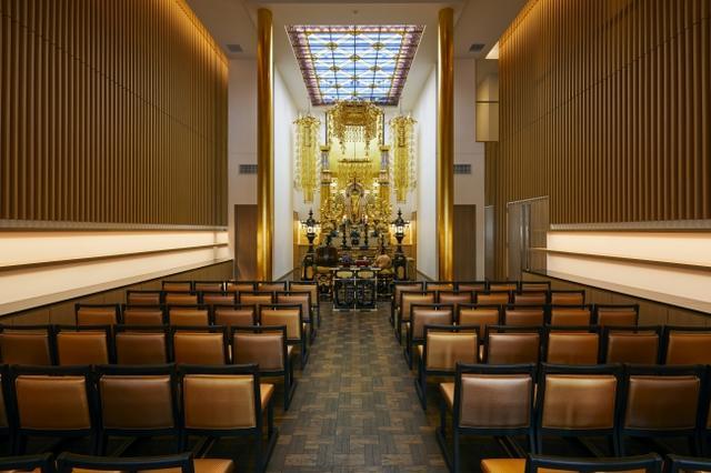 十方寺 本堂のステンドグラスは先代住職がデザインしたもの
