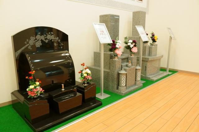 多数の墓石を展示中
