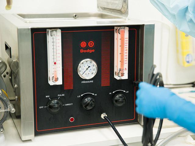 画像: 薬液を注入する際に使う「エンバーミングマシン」。流速を調整する。薬品とともに米国のダッジ社が寡占状態にあるようだ