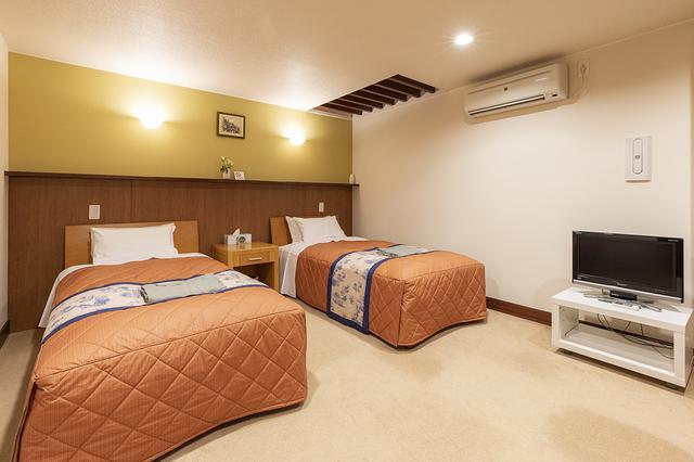 画像: 主寝室。寝着も用意されている。