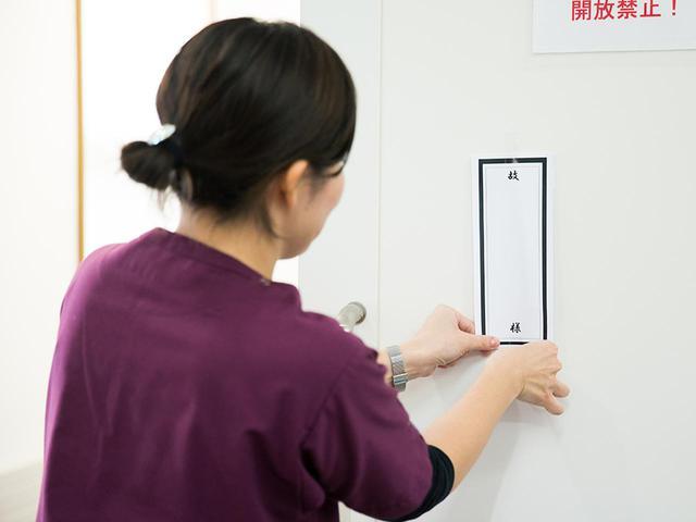 画像: 施術室の扉には、故人の名前が書かれた紙を貼る