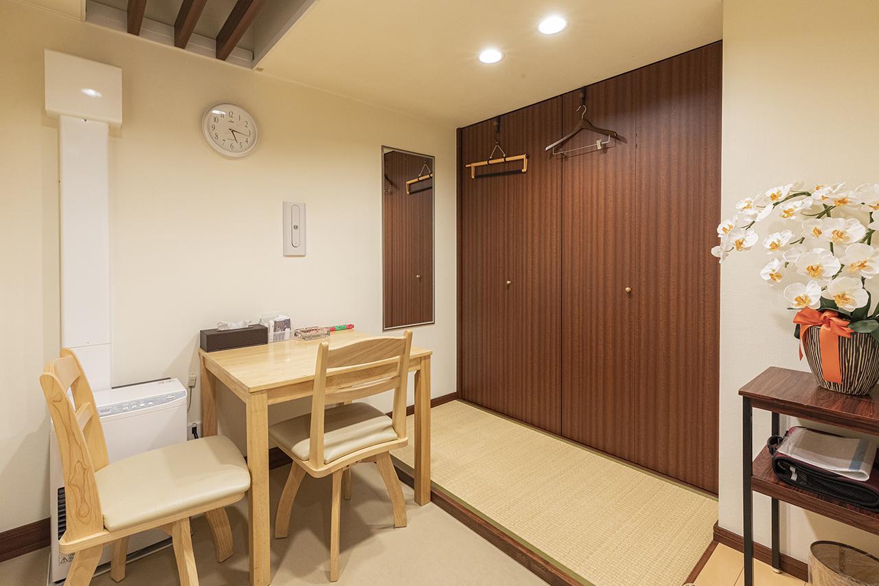 画像: 僧侶控室。コンパクトながらも十分に準備できるスペース