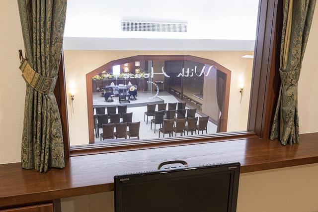 画像: 2階の寝室からホールに安置された棺を目にすることができる