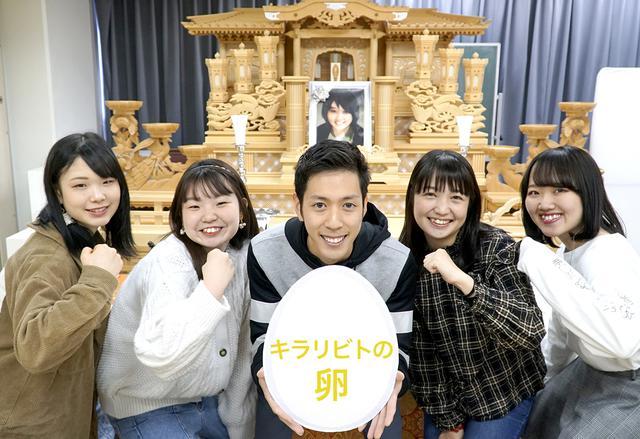 画像: 写真左から、足立、中川、田中、小林、松浦(敬称略)。授業で使用する模擬祭壇を前に撮影。遺影は学科長の写真を生徒が加工して作成したそう(もちろん、ご存命です)。