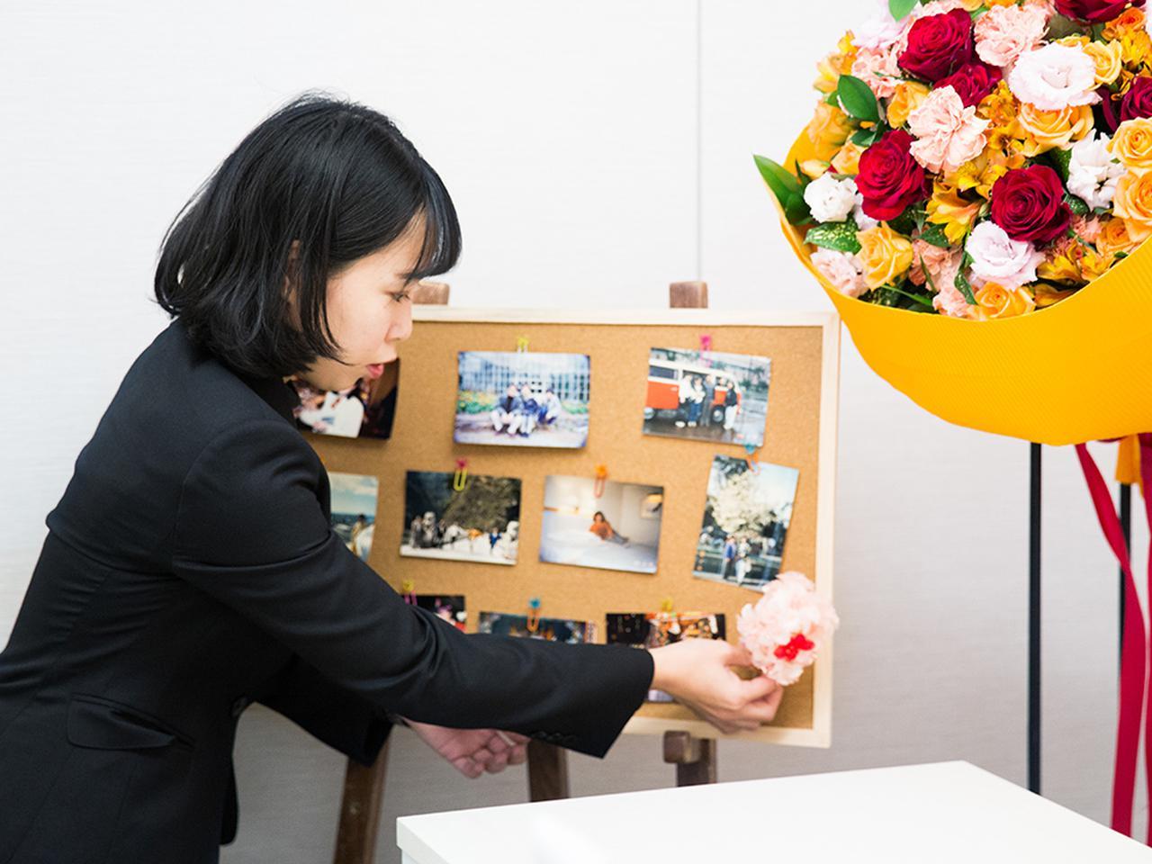 画像: 写真とともに、小さな造花も飾りつけて、祭壇の横へ
