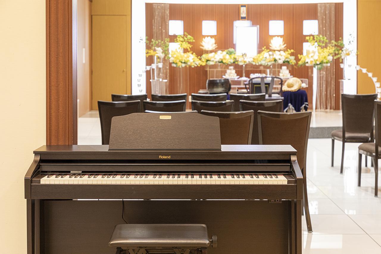 画像: 各ホールにピアノが設置されており、全ての式典で故人の好きな曲の生演奏を提供