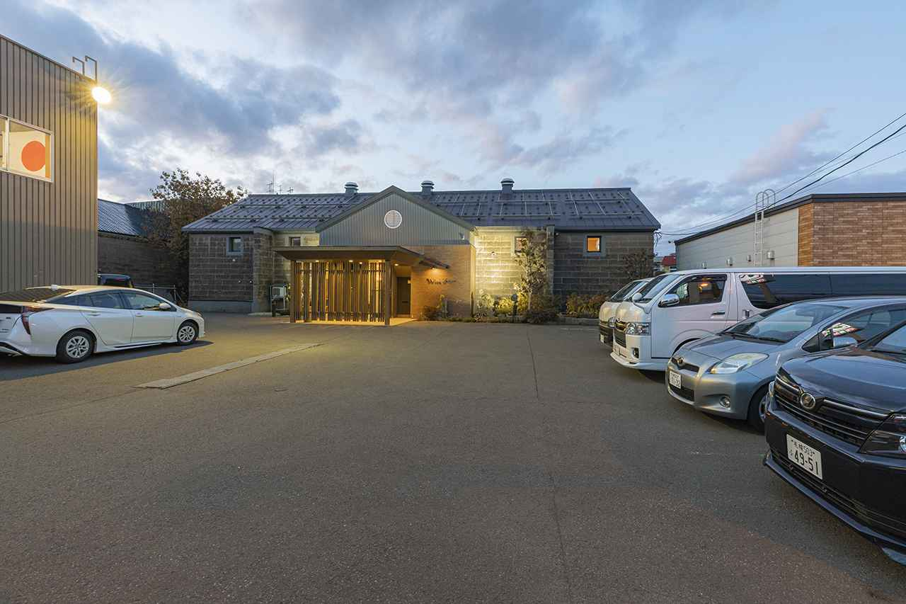 画像: 駐車場の奥に、会館が見える。