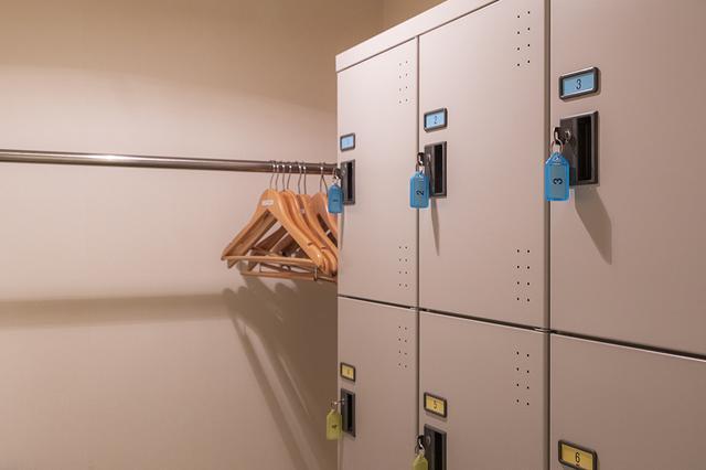 画像: 鍵付きのロッカールームや、ハンガーラックのある小部屋